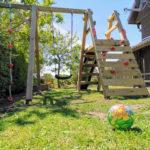Spielturm mit Kletterwand